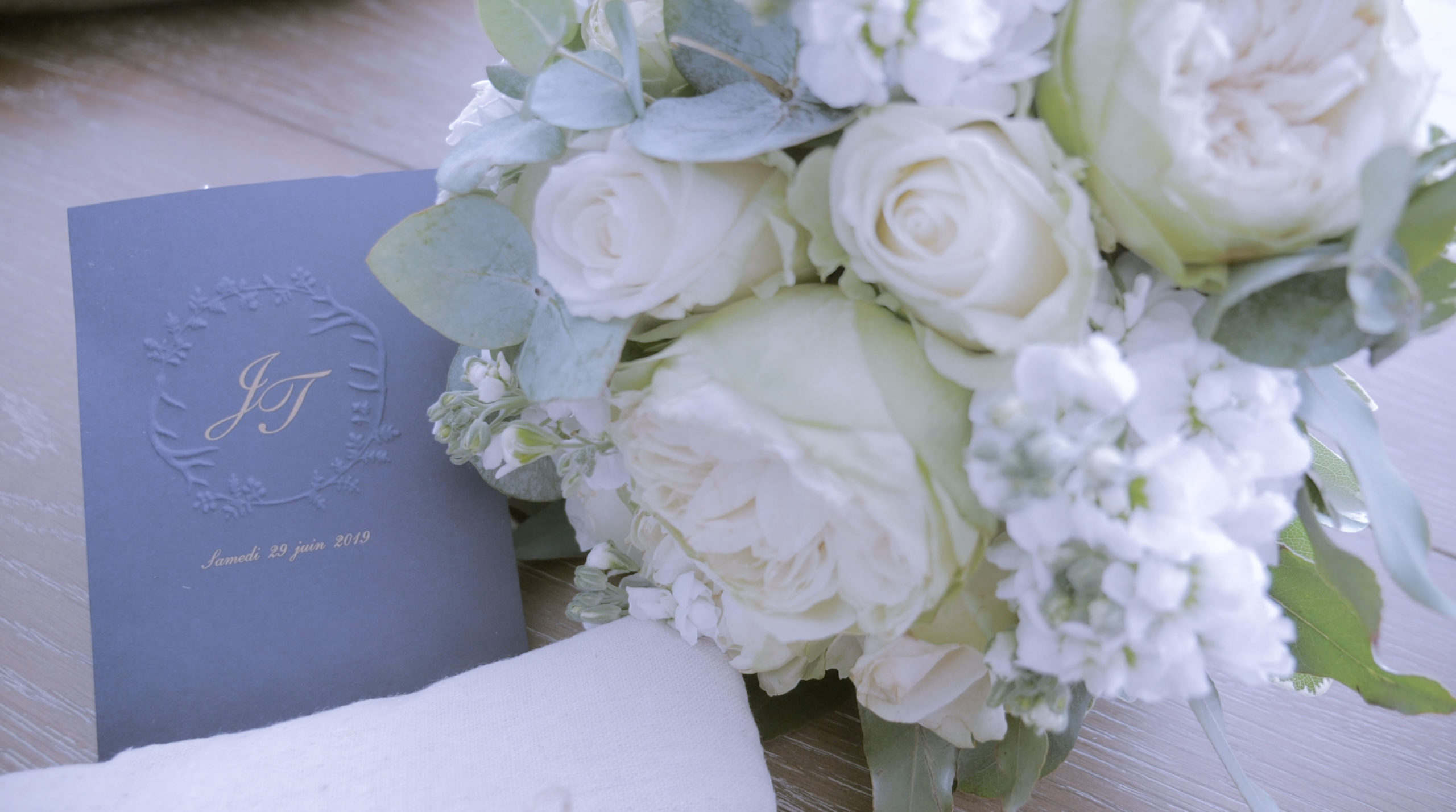 video de mariage bouquet et invitation