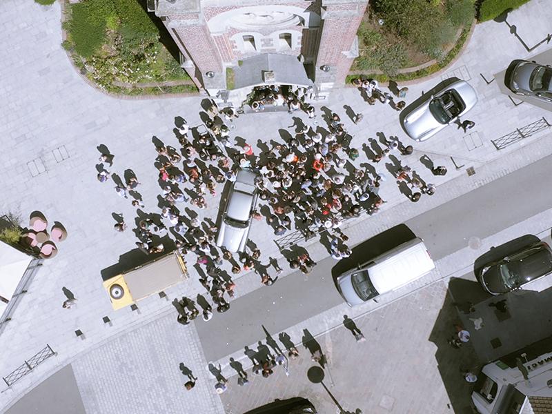 video de mariage drone parvis de l'église avec la foule